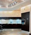 Большая кухня-гостиная с мебелью контрастного цвета