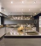 Яркое освещение кухни в стиле хай-тек
