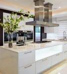 Островная мебель в большой кухне-гостиной