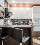 Контрастное напольное покрытие на кухне