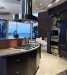 Полукруглая мебель на кухне хай-тек