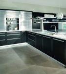 Большая кухня с мебелью тёмного цвета и белой столешницей