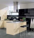 Небольшая кухня хай-тек с мебелью двух цветов