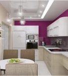Яркая стена и белая мебель на современной кухне