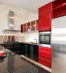 Красная и чёрная мебель на кухне