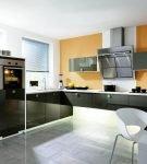 Оранжевая стена на кухне с тёмной мебелью