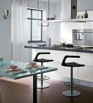 Чёрно-белый стол и необычные стулья хай-тек