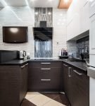 Бело-коричневая мебель в кухне хай-тек