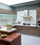 Коричневая мебель в стиле хай-тек на большой кухне
