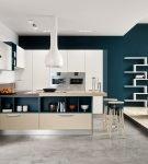 Синие стены на кухне хай-тек