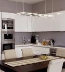 Белая мебель в стиле хай-тек на небольшой кухне