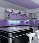 Тёмный островной стол на кухне