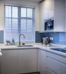 Маленькая кухня с белой лаконичной мебелью