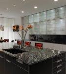 Чёрный стол на светлой кухне хай-тек