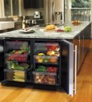 Холодильник, встроенный под кухонный стол