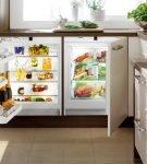Холодильник, встроенный под подоконник