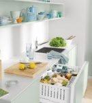 Небольшой холодильник под рабочей поверхностью кухни