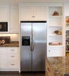 Широкий холодильник в нише в середине гарнитура