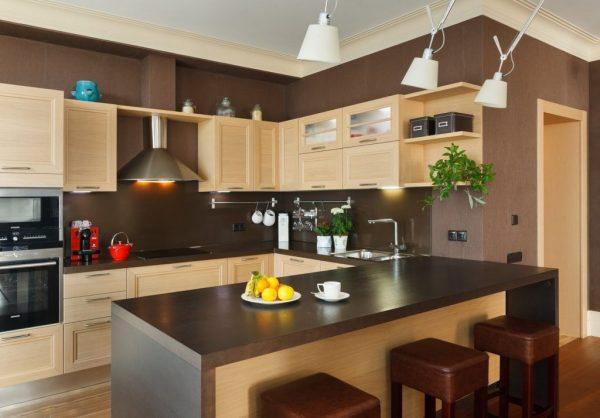 Бежевый гарнитур и коричневые обои на кухне