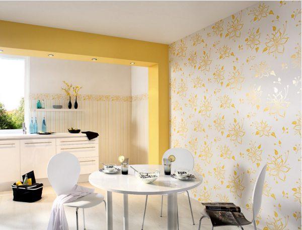 Бело-жёлтые обои в кухне-столовой