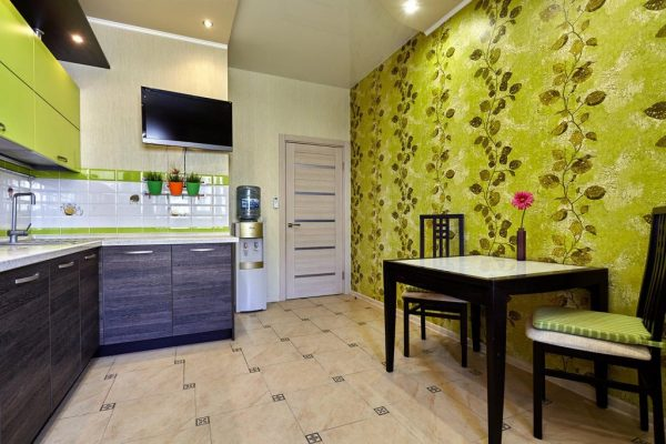 Зелёные узорчатые обои на кухне
