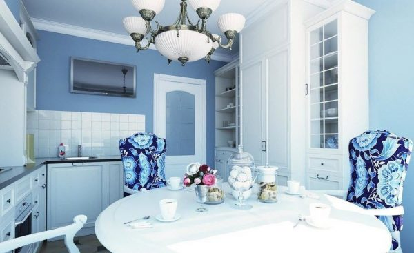 Кухня с голубыми обоями и белой мебелью