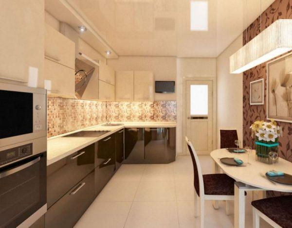 Узорчатые обои на одной из стен кухни