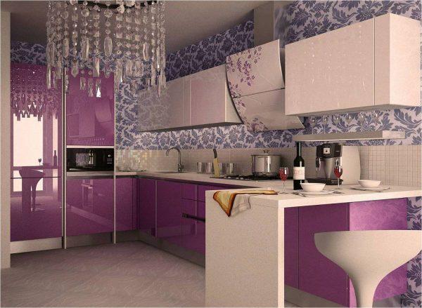 Узорчатые обои на кухне с ярким гарнитуром