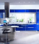Гарнитур с яркими синими фасадами