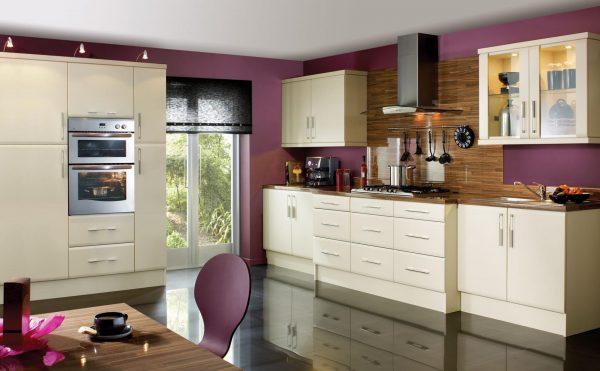 Бежевый кухонный гарнитур на фоне фиолетовых стен