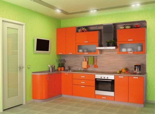 Оранжевый гарнитур на фоне светло-зелёной стены