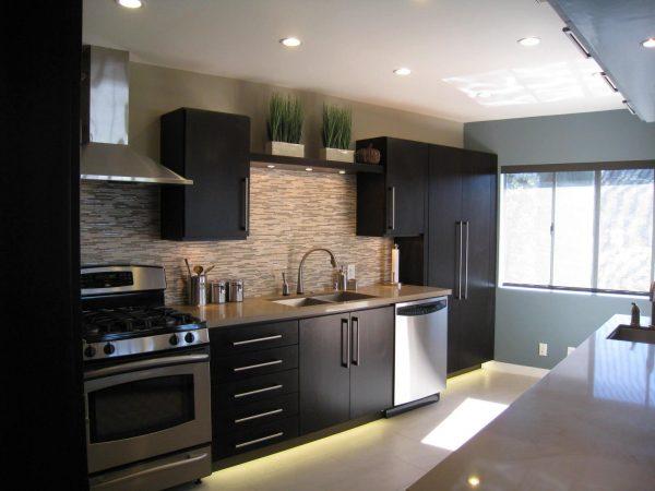 Чёрная мебель на бежевом фоне на кухне