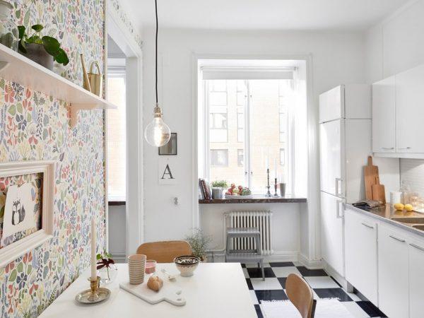 Обои с узором на кухне в белом цвете