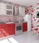 Белые обои с ярким узором на кухне с красно-белой мебелью