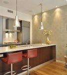 Бежево-серые обои на кухне