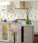 Обои с простым и ярким рисунком на кухне