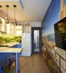Фотообои и яркий фартук на кухне