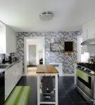 Серые обои с белым рисунком на кухне