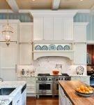 Голубые обои в полоску на кухне с белой мебелью