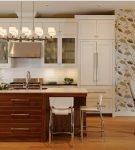 Принтованные обои на кухне с бело-коричневой мебелью