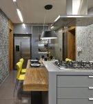 Узорчатые обои на узкой кухне