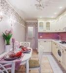 Контрастное оформление стен на кухне с белой мебелью