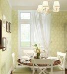 Бледно-зелёные обои на небольшой и уютной кухне
