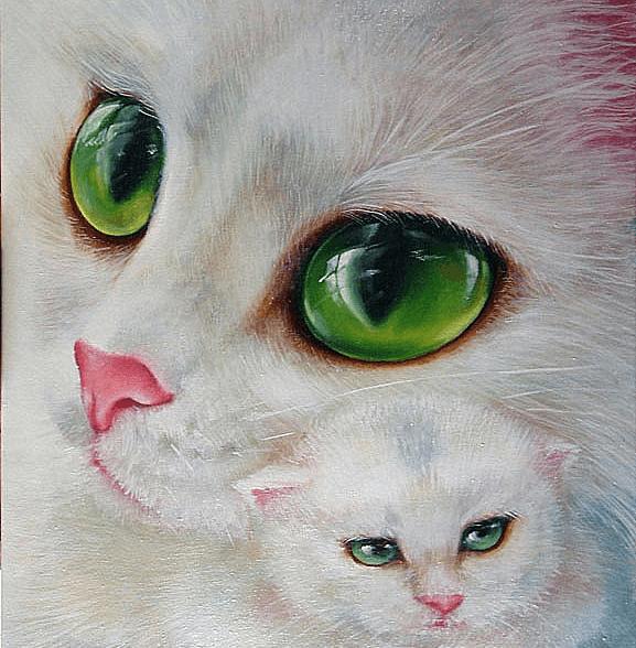 Белая кошка с котёнком