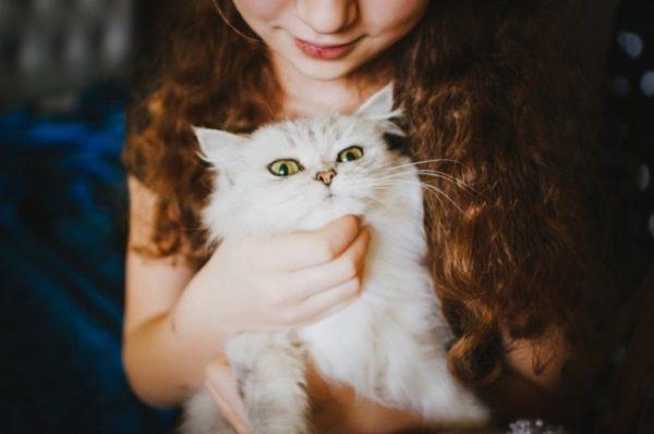 Девушка с белой кошкой
