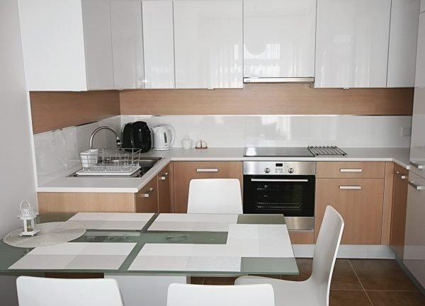 Двухцветный фартук на кухне с лаконичным гарнитуром