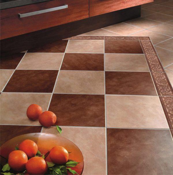 Двухцветная плитка на полу кухни