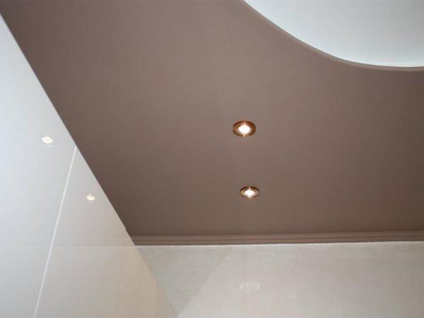 Светильники на потолке в белого тона и цвета капучино
