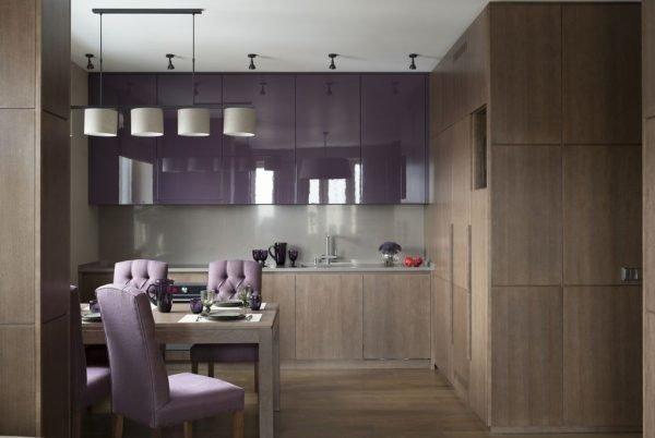 Сочетание лилового и цвета капучино в обстановке кухни