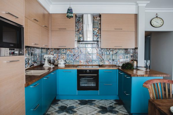 Сине-коричневый интерьер кухни в квартире